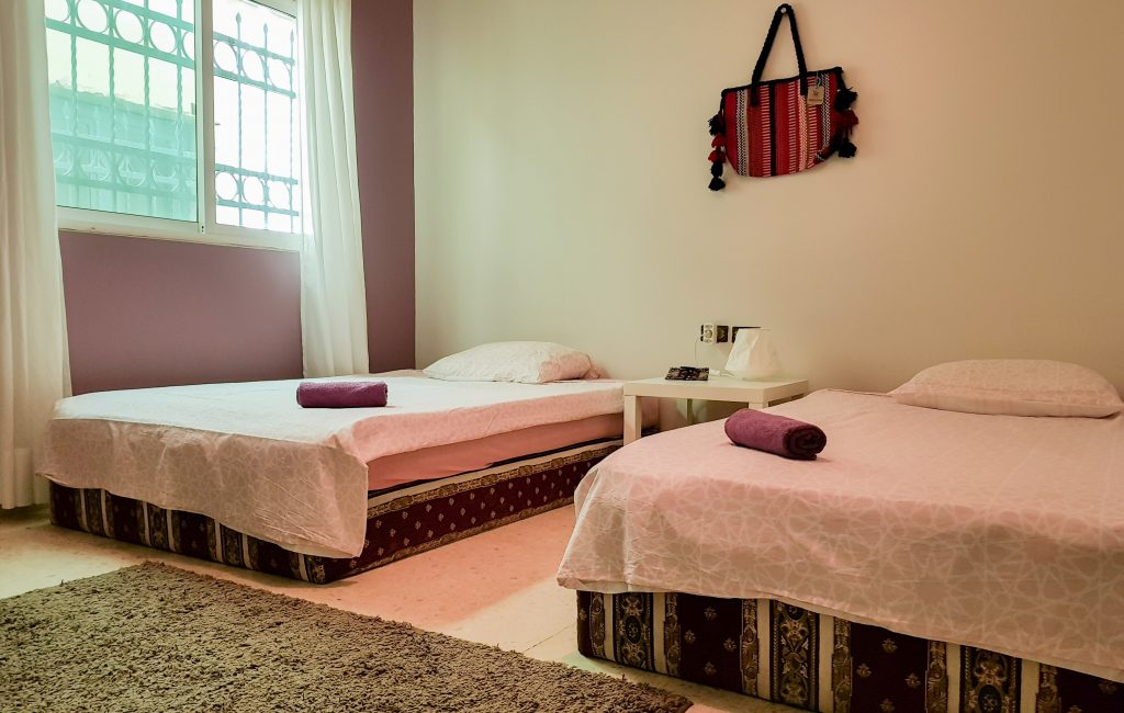 Shady room with twin beds in B&B Petra Fig Tree Villa